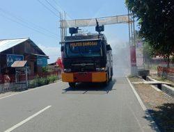 Mobil AWC Polres Banggai Semprotkan Disinfektan di Jalan Kecamatan Nambo