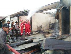 Pasar Desa Mekarkencana Terbakar, Kapolsek Toili Berjibaku Padamkan Api