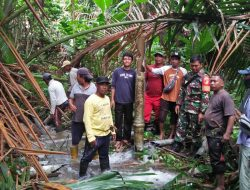 Babinsa Bantu Warga Perbaiki Pipa Air di Desa Kalumbatan